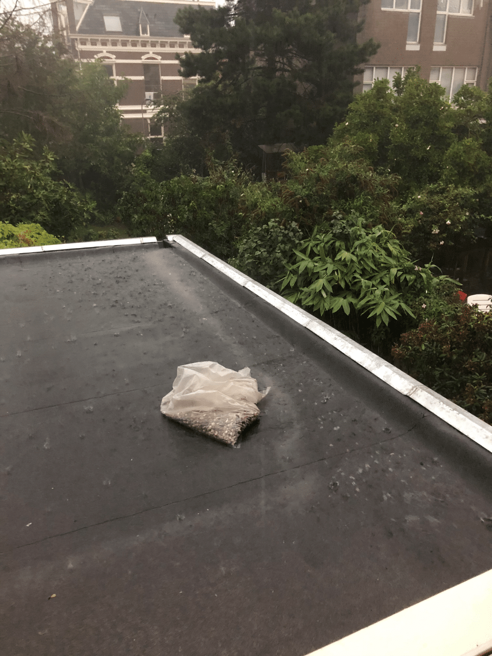 dak met isolatie en nieuw bitumen getest op waterdichtheid