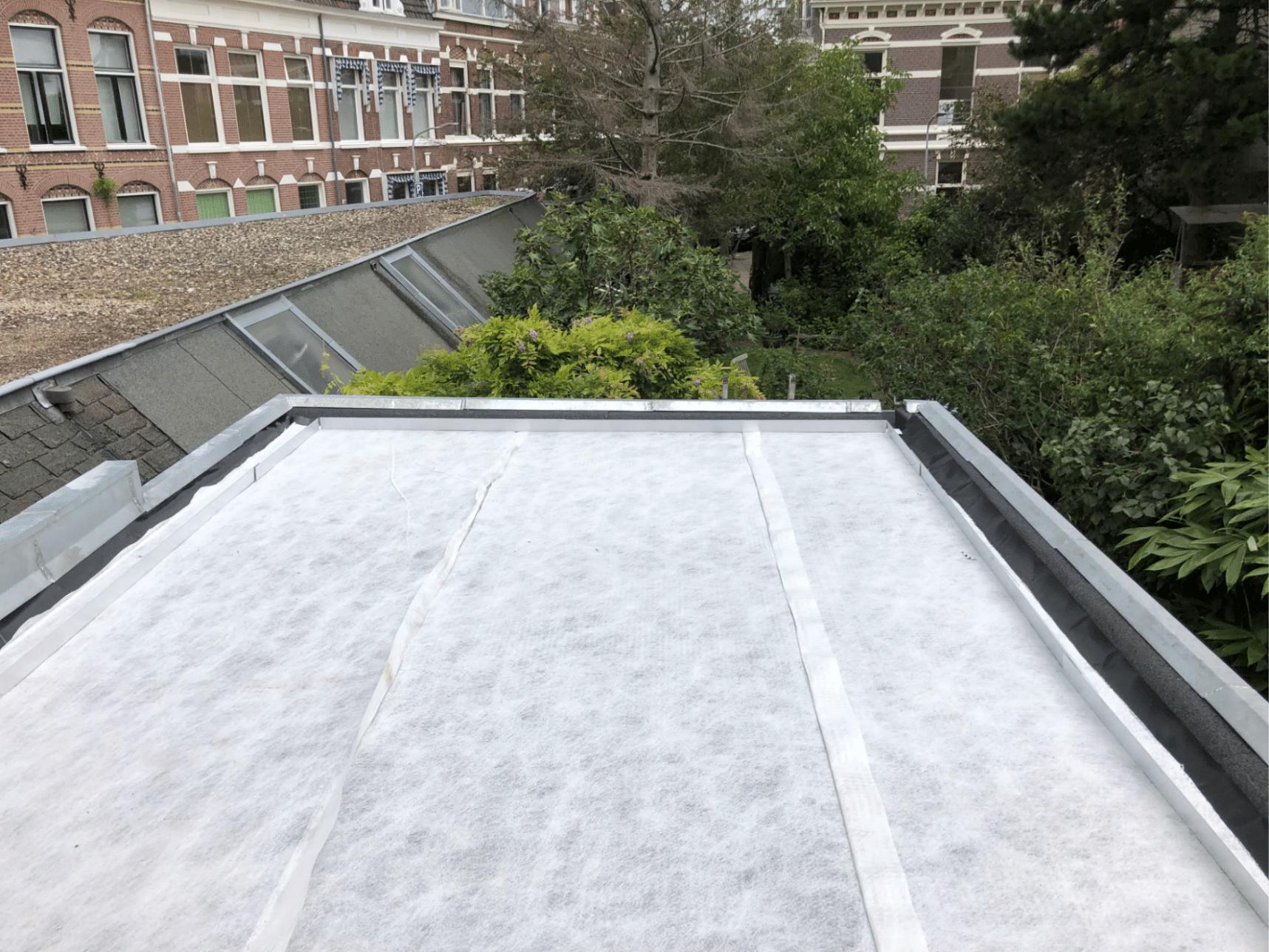 drainage laag op het wortelwerend doek