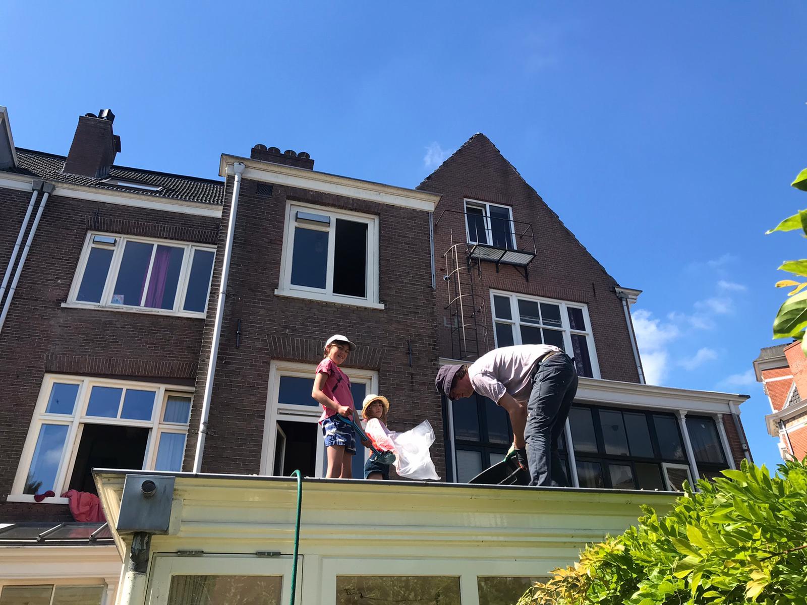 grind wassen als voorbereiding groen sedum dak met de kinderen
